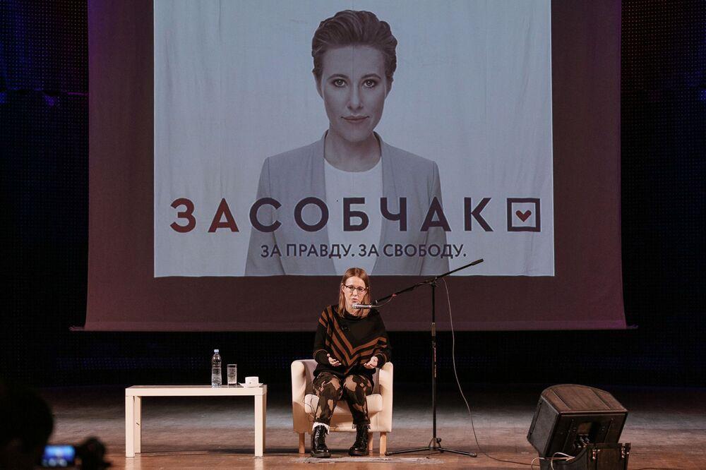 كسينيا سوبتشياك، مرشحة من الحزب السياسي المبادرة المدنية لانتخابات الرئاسة الروسية خلال اجتماعها مع المواطنين في مدينة مورمانسك