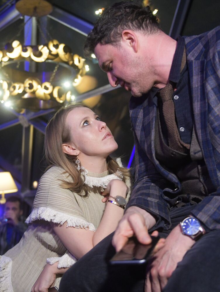 كسينيا سوبتشياك وزوجها الممثل ماكسيم فيتورغان فأثناء حفل لعرض الهاتف الحديث Samsung Galaxy S8 في فندق ريتز كارلتون في موسكو.