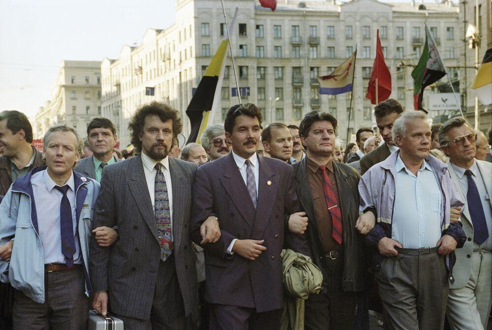 سيرغي بابورين (الثالث من اليسار) وفيكتور أكسيوتشيتس (الثاني من اليسار) وفيكتور ألكسينس (الرابع من اليسار) يشاركون في مسيرة لإحياء ذكرى الأزمة الدستورية لعام 1993