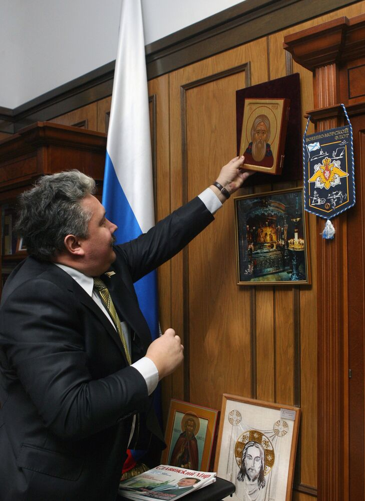 سيرغي بابورين، زعيم الحزب السياسي الوطني المحافظ الاتحاد الشعبي الروسي، ونائب المتحدث الرسمي لمجلس الدوما الروسي، في مكتبه بعد انتهاء اجتماع في الدوما