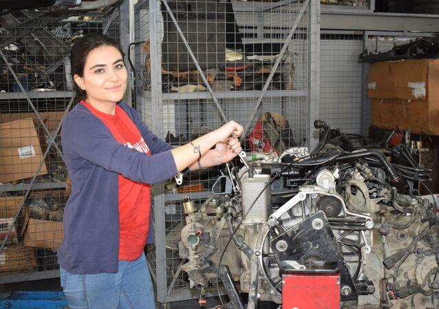 فتاة لبنانية تصلح السيارات
