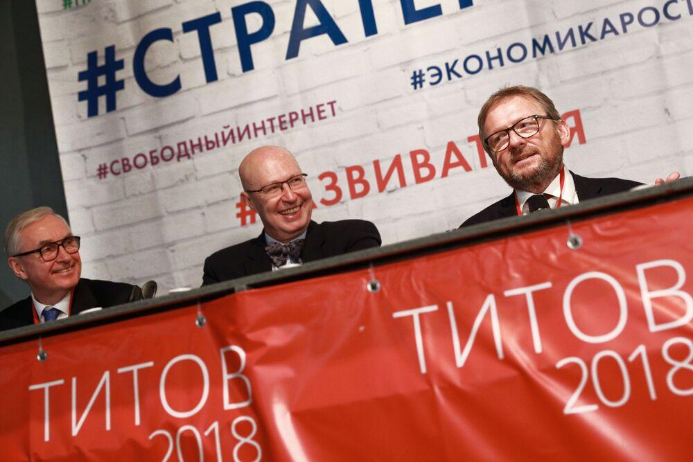 بوريس تيتوف زعيم الحزب السياسي حزب النمو، مرشح للانتخابات الرئاسية الروسية لعام 2018، خلال لقائه مع ممثلين لدى جمهور الناخبين