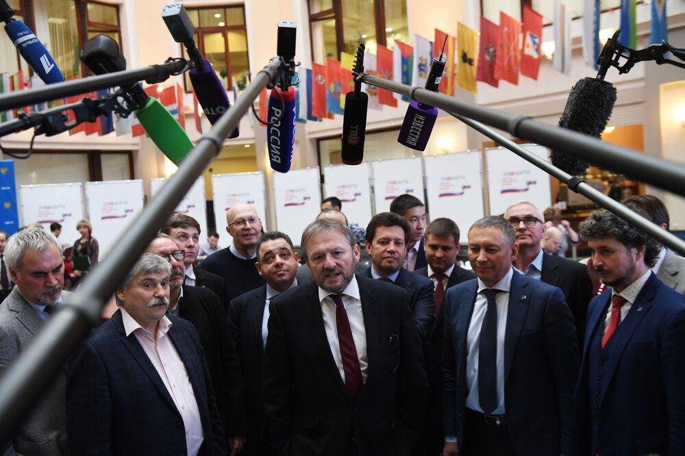 بوريس تيتوف زعيم الحزب السياسي حزب النمو خلال مؤتمر صحفي في اللجنة المركزية لانتخابات روسيا، لدى تسجيله رسميا مرشحا للانتخابات الرئاسية الروسية لعام 2018