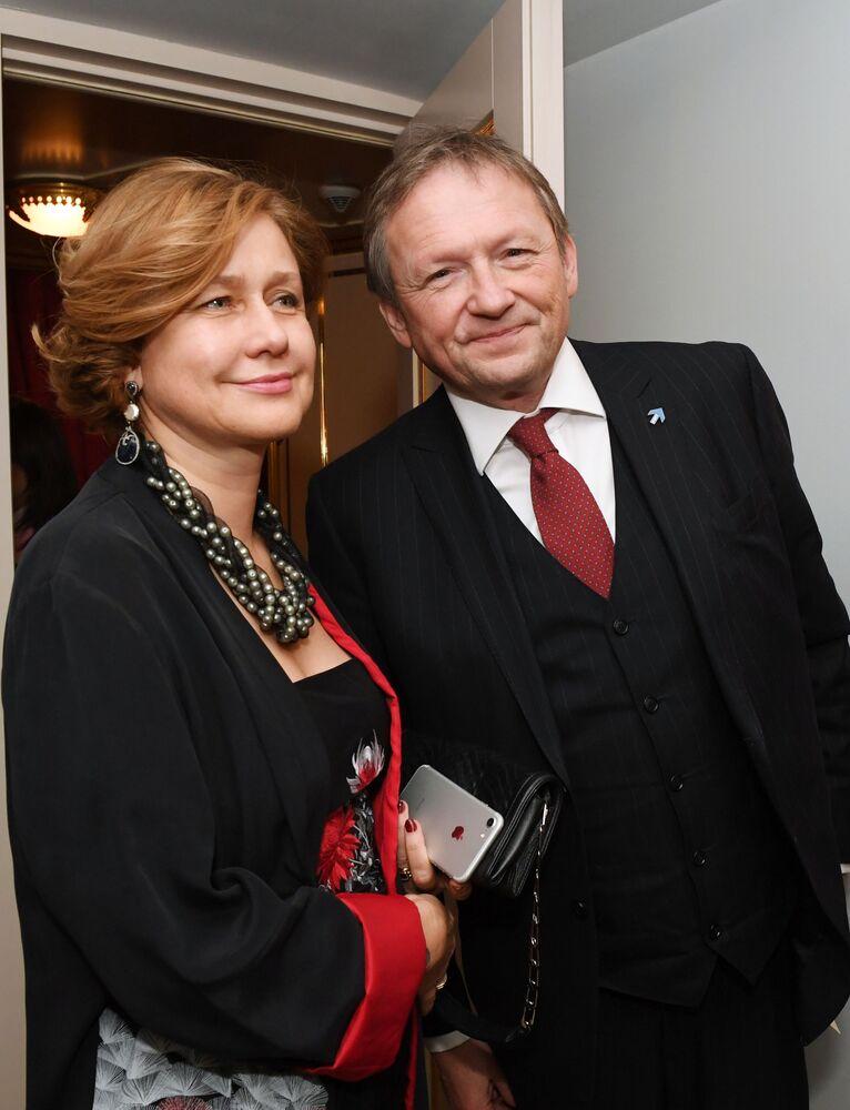 بوريس تيتوف زعيم الحزب السياسي حزب النمو، ومرشح للانتخابات الرئاسية الروسية لعام 2018، وزوجته يلينا تيتوفا خلال حفل للرقص والأقنعة بوسكو بال 2017 في مسرح بولشوي (المسرح الكبير) بموسكو