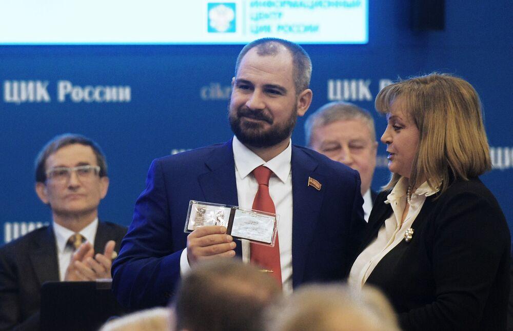 مكسيم سورايكين مرشح من الحزب شيوعيو روسيا، يلتقي مع رئيسة اللجنة المركزية لانتخابات روسيا إليا بامفيلوفا خلال عملية تسجيله رسميا مرشحا للانتخابات الرئاسية الروسية لعام 2018