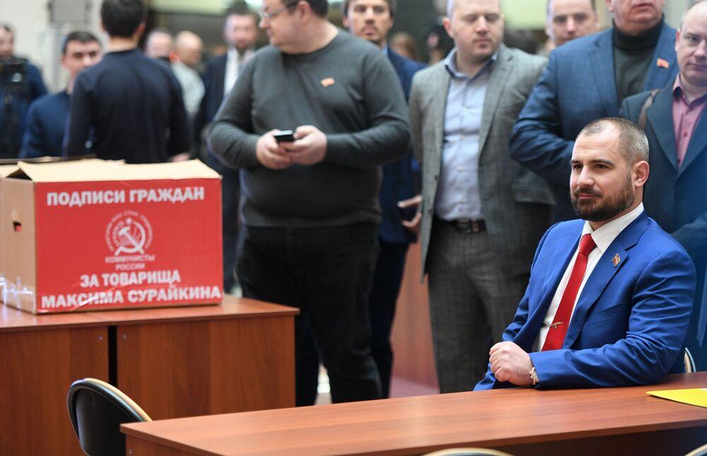 مكسيم سورايكين، مرشح من الحزب شيوعيو روسيا للرئاسية الروسية لعام 2018، خلال تسليم اللجنة المركزية لانتخابات روسيا توقيعات الناخبين