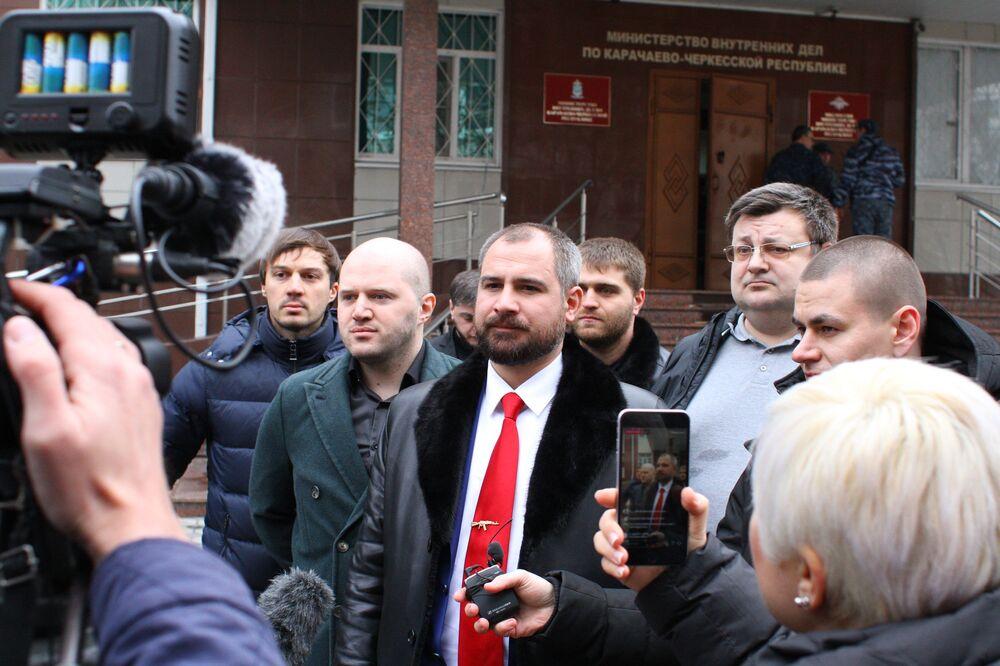 مكسيم سورايكين زعيم حزب شيوعيو روسيا، ومرشح للانتخابات الرئاسية الروسية لعام 2018، لدى زيارته لكراتشايفو-تشيركيسيا الروسية