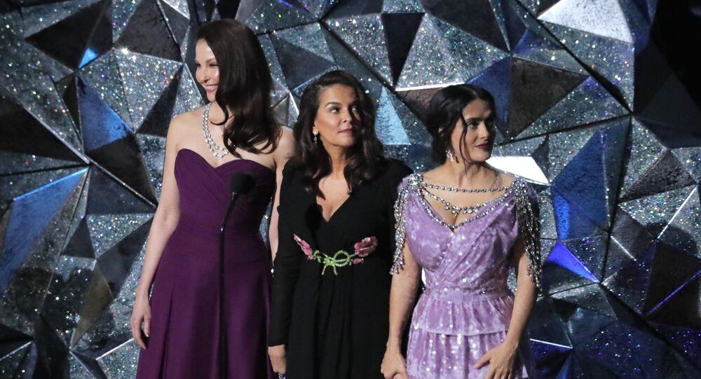 الممثلات سلمى حايك وأنابيلا شيورا وآشلي جاد أثناء حديثهن عن حركة تايمز أب في حفل جوائز الأوسكار 4 مارس/آذار 2018 في مدينة لوس أنجلوس الأمريكية