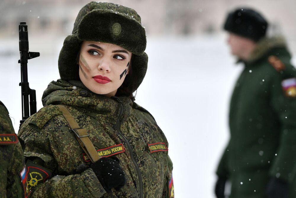 إحدى أعضاء الفيلق النسائي للقوات الصاروخية الاستراتيجية الروسية في ياروسلافل الروسية