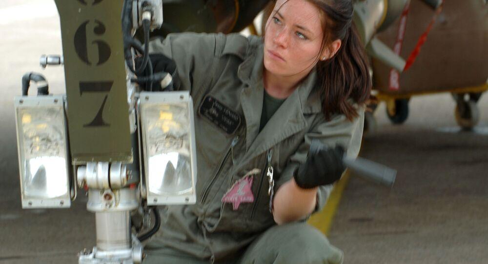 ميكانيكية تتفقد المقاتلة رافال التابعة للقوات الجوية الفرنسية، 2011