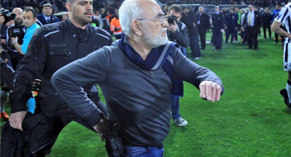 نزول إيفان سافيديس، مالك باوك، الملعب مسلحا