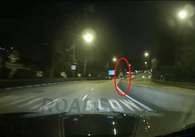 شبح فتاة يراقب السيارات على الطريق العام