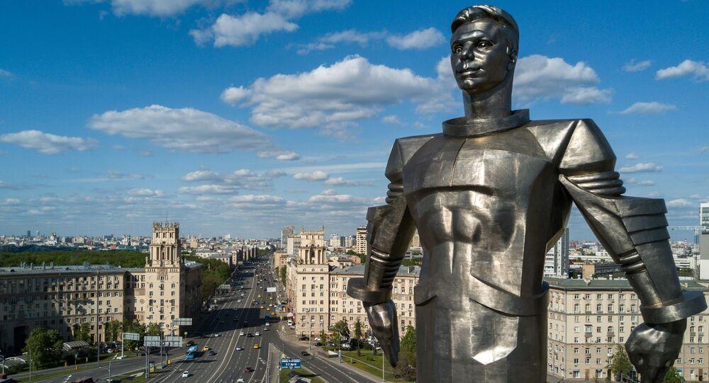 تمثال لرائد فضاء الروسي يوري غاغارين في شارع لينينسكي بروسبيكت بموسكو