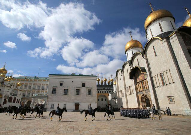 عرض للحرس الرئاسي على ساحة سابورنايا (ساحة الكتدرائية) داخل مجمع الكرملين في موسكو