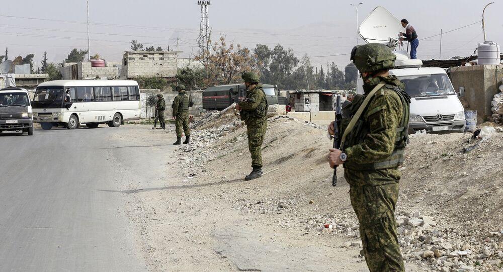 أفراد قوات الشرطة الروسية خلال الحراسة بالقرب من مخيم الوافدين في ضواحي دمشق، سوريا 13 مارس/ آذار 2018