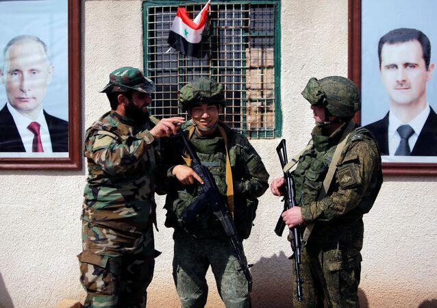الجنود السوريون والروس بالقرب من مخيم الوافدين في دمشق، سوريا 2 مارس/ آذار 2018