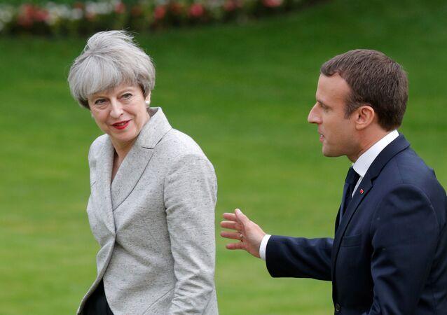 الرئيس الفرنسي إيمانويل ماكرون ورئيسة الوزراء البريطانية تيريزا ماي في باريس، فرنسا 13 يونيو/ حزيران 2017