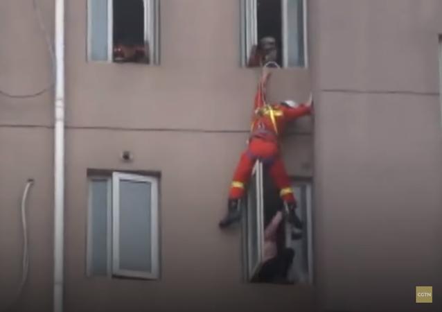رجل إطفاء ينقذ فتاة بطريقة مروعة