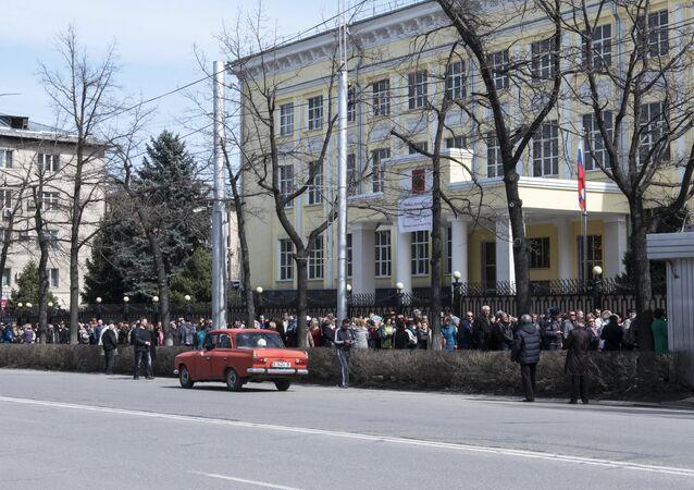 المواطنون الروس يشاركون في الانتخابات الرئاسية الروسية في قيرغيزستان