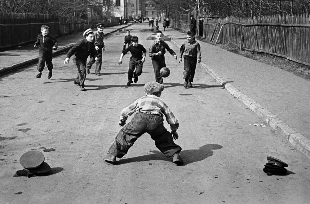 أطفال يلعبون بالكرة في أحد أيام الربيع، عام 1959
