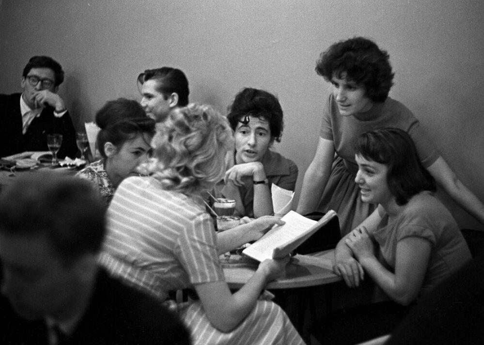في أحد مقاهي موسكو مساء، عام 1961