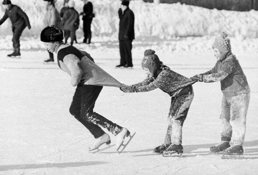 صبيان يتزلجون على الجليد، عام 1976