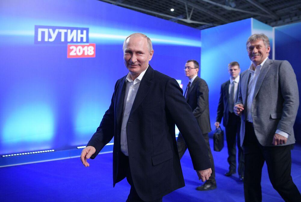 مرشح للانتخابات الرئاسية الروسية 2018، فلاديمير بوتين، والرئيس الحالي، خلال لقائه مع الناخبين في مكت حملته الانتخاببية في موسكو، 18 مارس/ آذار 2018