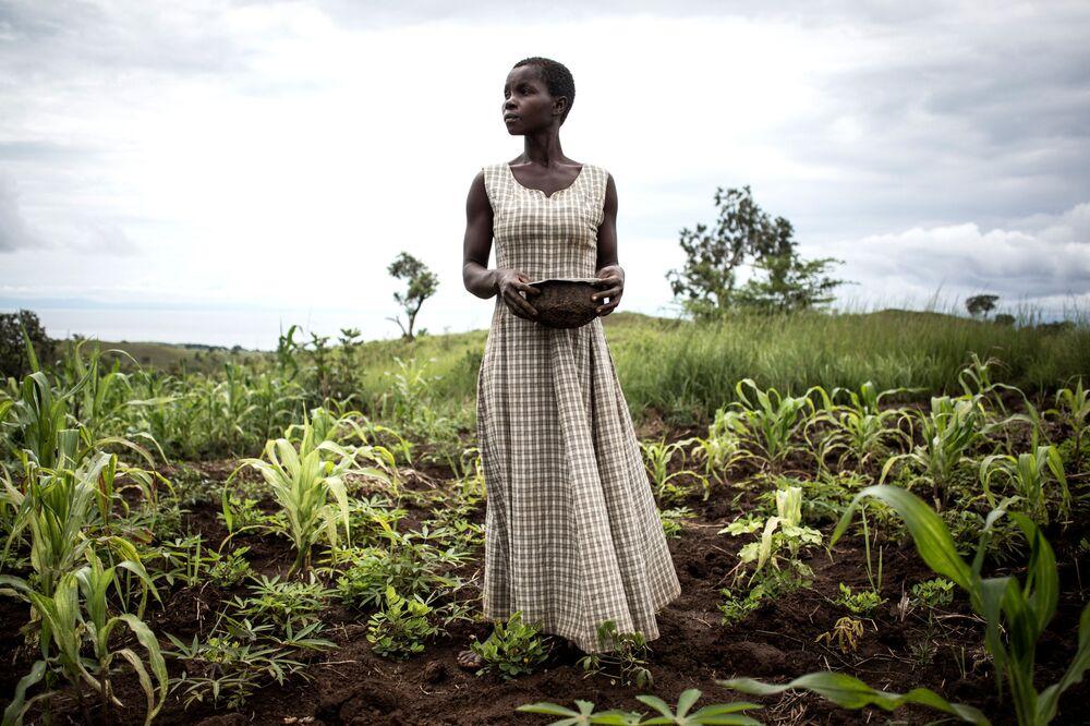 امرأة تزرع بذور في محيط معسكر مؤقت للمشردين داخل المنطقة والعائدين، جمهورية الكونغو الديمقراطية، 21 مارس/ أذار 2018