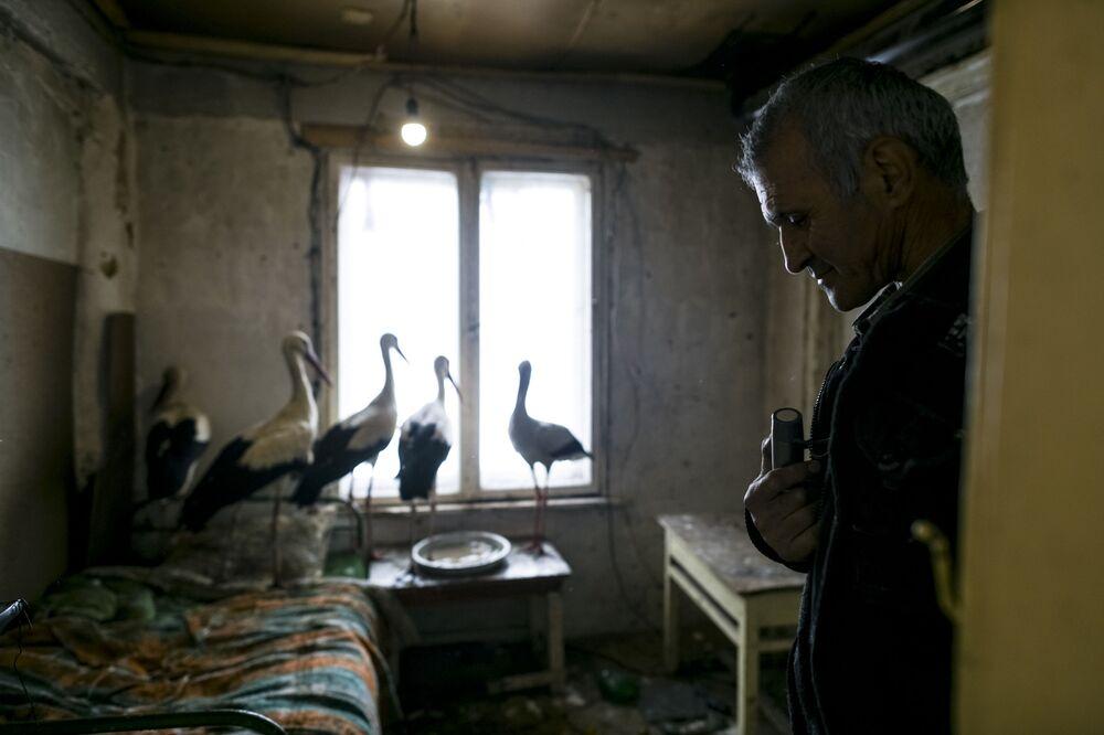 سافيت خليل، الرجل الذي أنقذ خمسة طيور اللقلق من البرد في قرية زاريتسا، بلغاريا 21 مارس/ آذار 2018