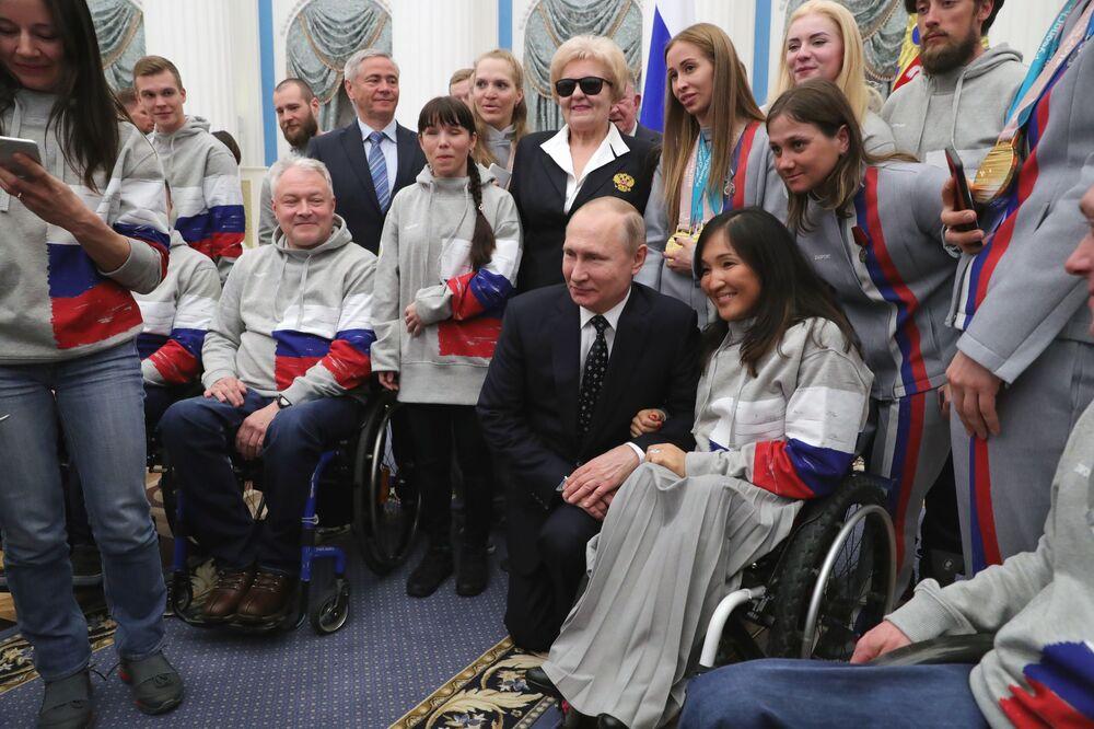 الرئيس فلاديمير بوتين يلتقي بالرياضيين االروس الحائزين على الأماكن الثلاثة الأولى، والعائدين من دروة الألعاب البارالمبية الشتوية في كوريا الجنوبية، في الكرملين بموسكو، 20 مارس/ آذار 2018