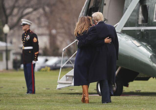 الرئيس دونالد ترامب وزوجته ميلانيا ترامب يتوجهان إلى المروحية أمام البيت الأبيض، واشنطن، الولايات المتحدة 19 مارس/ آذار 2018
