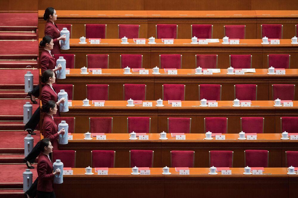 مضيفات خلال اعداد موائد النواب قبل بدء مؤتمر يترأسه الرئيس الصيني شي جينبينغ في بكين، الصين  20 مارس/ أذار 2018