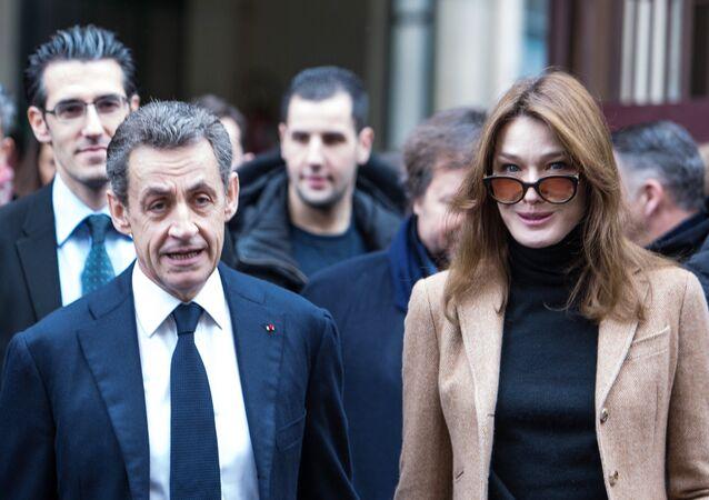 الرئيس الفرنسي السابق نيكولاي ساركوزي مع زوجته الفنانة كارلا برونو