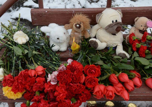 وضع أكاليل الزهور أمام موقع المركز التجاري في كيميروفو، 26 مارس/ آذار 2018