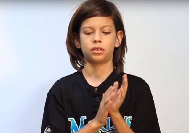 طفل يدخل موسوعة غينيس للأرقام القياسية بأكبر عدد مرات تصفيق في الدقيقة الواحدة