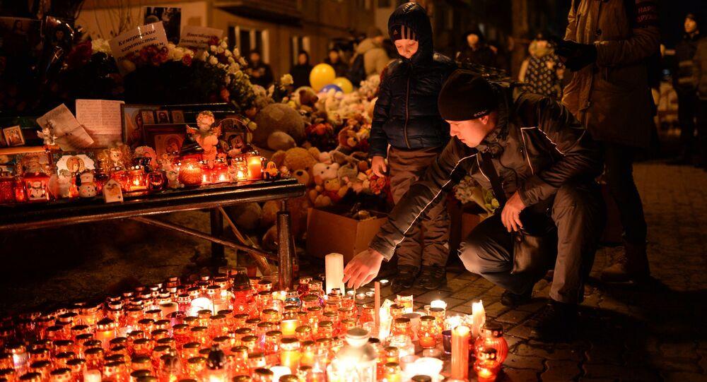 أهالي كيميروفو يشعلون الشموع تخليدا لذكرى الضحايا والمفقودين في حريق المركز التجاري في كيميروفو، روسيا 27 مارس/ آذار 2018