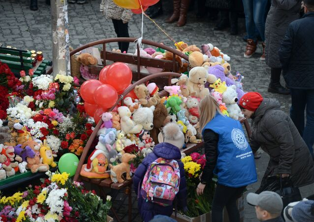 الزهور في ذكرى ضحايا المأساة في كيميروفو