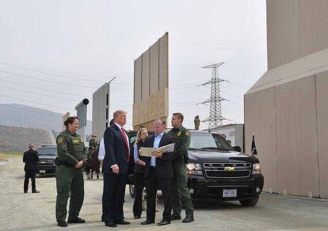 الجدار الحدودي الفاصل بين المكسيك وأمريكا
