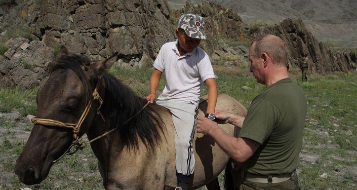 الروسي الروسي فلاديمير بوتين يهدي ساعة لابن الراعي في كيزيل عام 2009