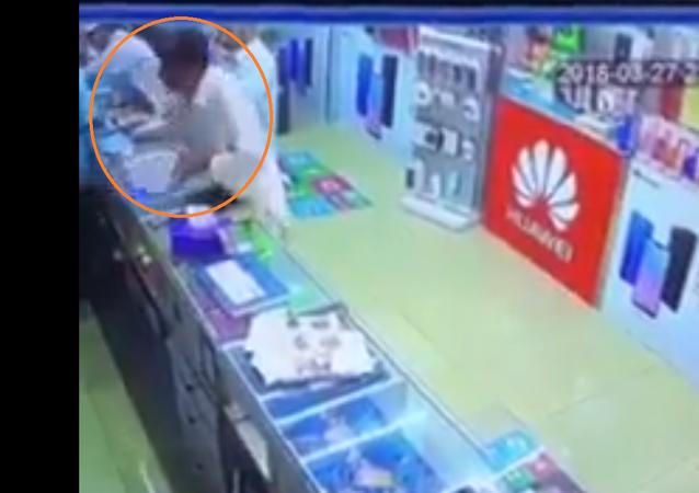 نهاية غير سعيدة للصوص حاولوا سرقة متجر هواتف