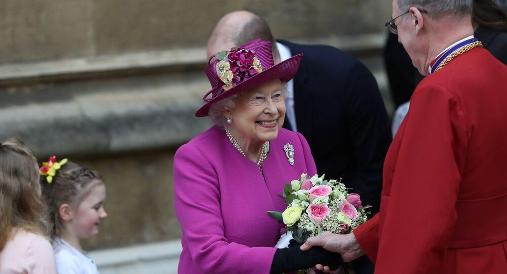 الملكة إليزابيث ملكة بريطانيا أثناء حضورها قداس عيد القيامة في قلعة وندسور، الأحد الأول من نيسان/أبريل 2018