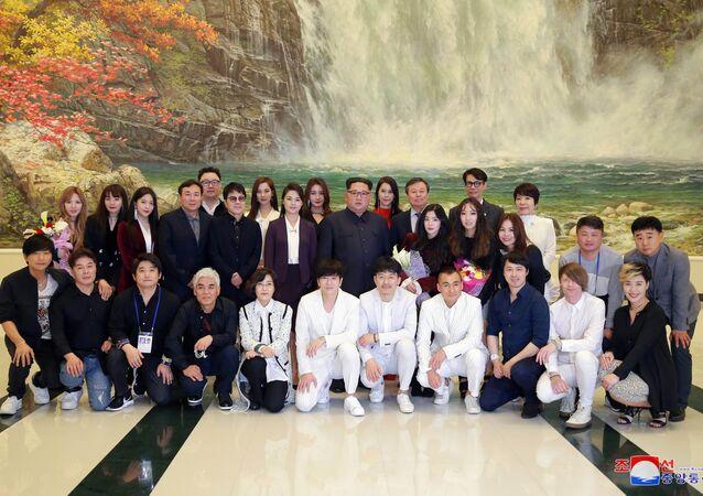 الزعيم الكوري الشمالي مع فرقة موسيقية من كوريا الجنوبية
