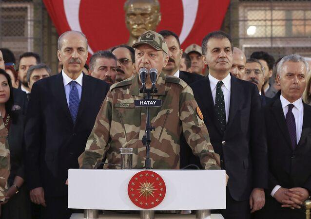 الرئيس التركي أردوغان بالزي العسكري