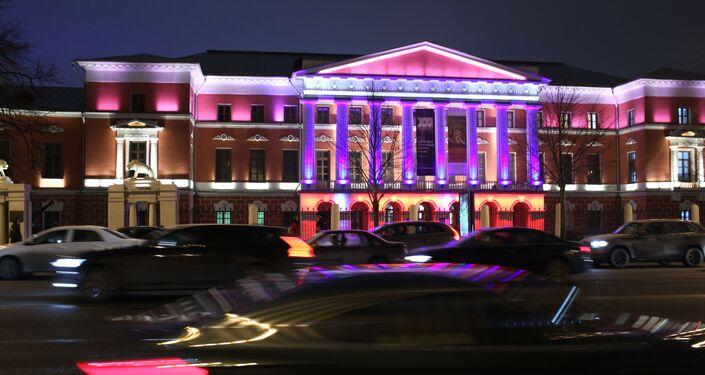 إنارة متحف تاريخ روسيا الحديث في موسكو بإضاءة زرقاء في إطار فعاليات اليوم الدولي لمرض التوحد (Light It Up Blue)