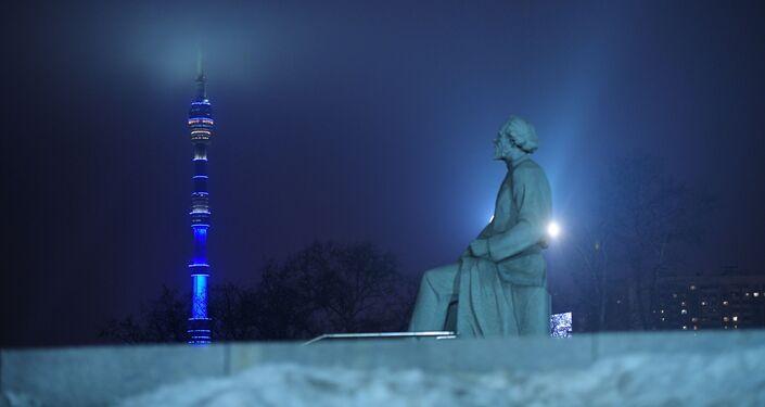 إنارة برج الإذاعة والتلفزيون في موسكو بإضاءة زرقاء في إطار فعاليات اليوم الدولي لمرض التوحد (Light It Up Blue)
