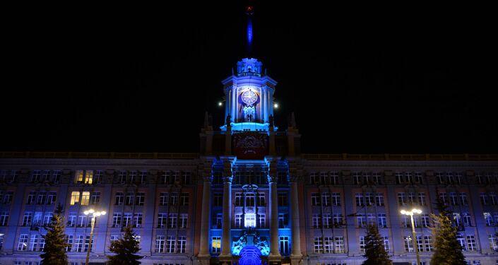 إنارة مبنى الإدارة في يكاتيرينبورغ بإضاءة زرقاء في إطار فعاليات اليوم الدولي لمرض التوحد (Light It Up Blue)