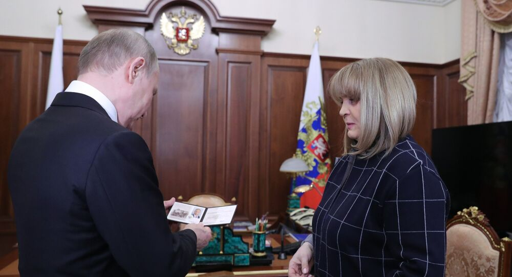 رئيسة اللجنة الانتخابية المركزية تسلم بوتين شهادة الرئيس