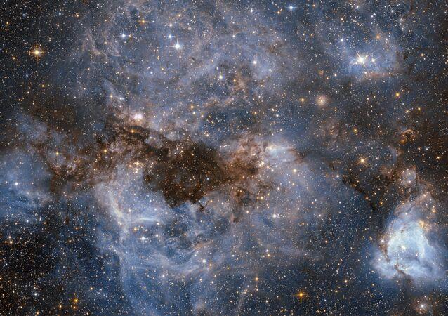 دوامة من الغاز المتوهج والغبار المظلم في إحدى مجرات درب التبانة