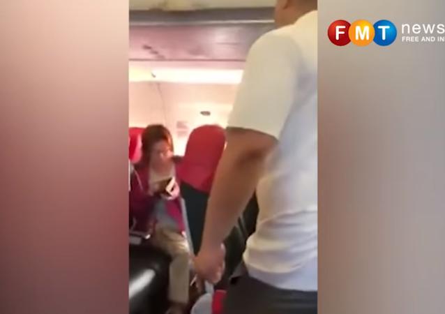 رجل غاضب يطرد إمرأة جلست في الدرجة الأولى على متن طائرة