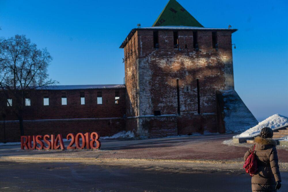 روسيا 2018 - شعار كأس العالم لكرة القدم في روسيا، في الساحة بالقرب من كرملين نيجني نوفغورود